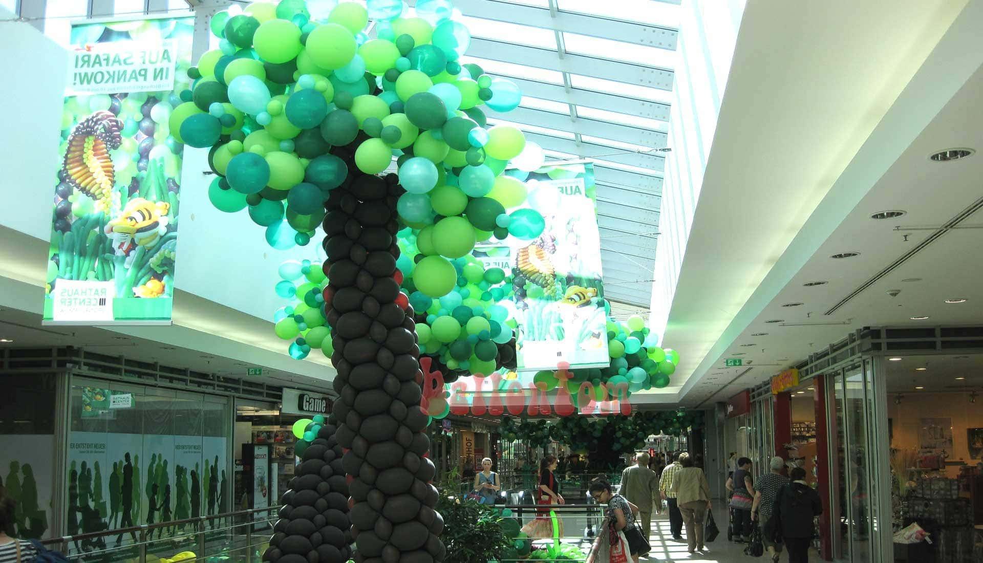 Ballonwelt im Rathauscenter Pankow in Berlin - Moto: Auf Safarie in Pankow - Bild: Bäume