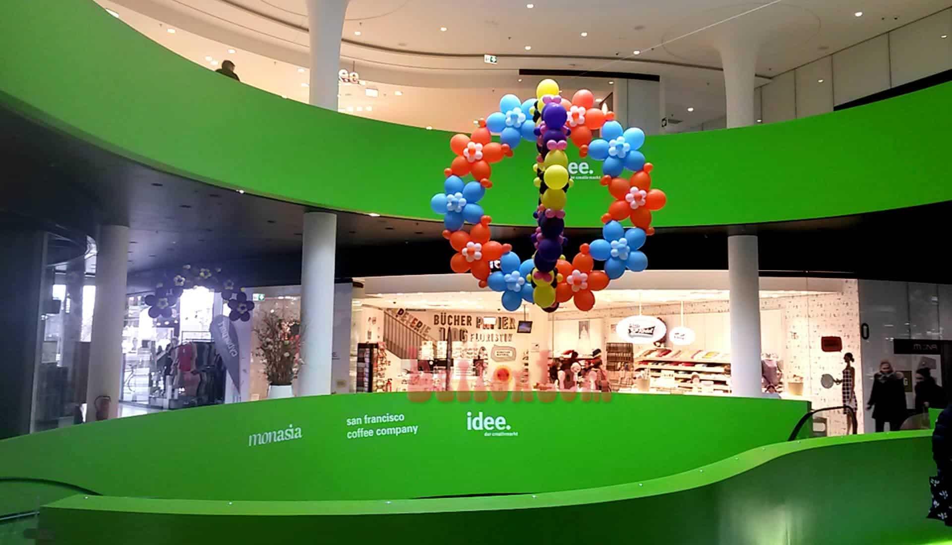 Ballonblumenball im Mona Einkauf-Center in München