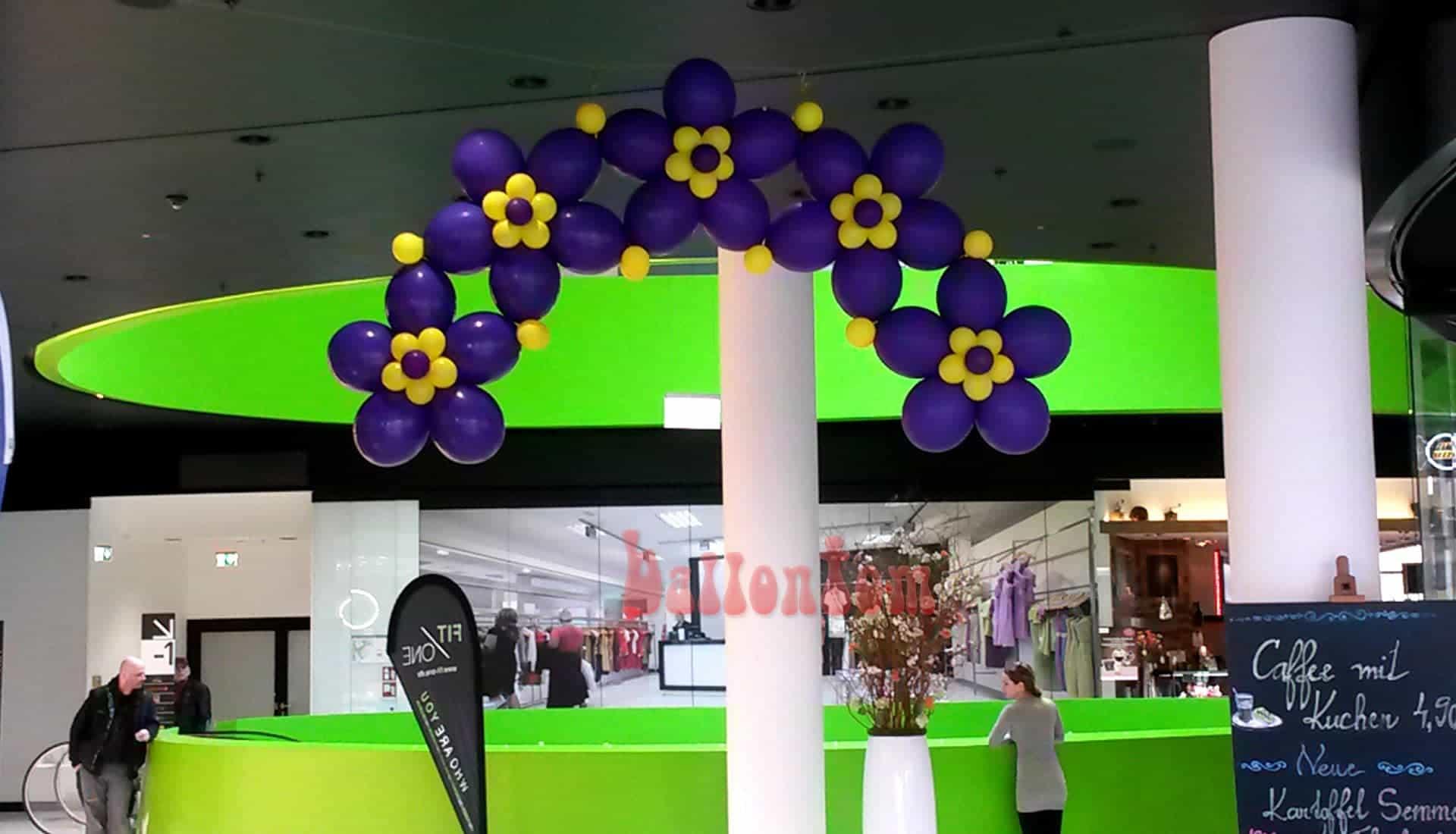 Ballonblumenkranz in lila im Mona Einkauf-Center in München