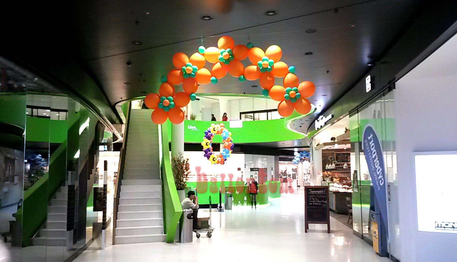 Ballonblumenkranz in orange im Mona Einkauf-Center in München