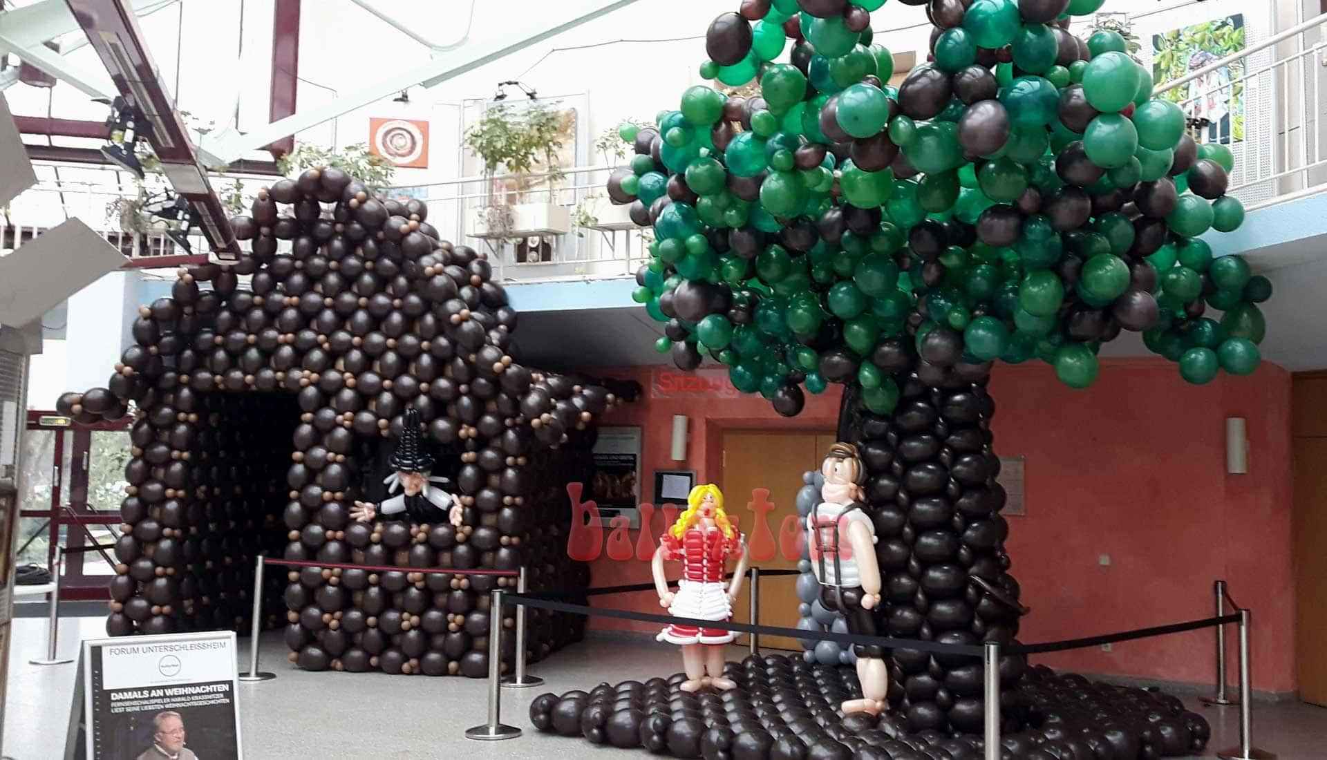 Ballonwelt zur Kinderoper Hensel und Gretel in Unterschleißheim Nähe München - Bild: Hexenhaus mit Hexe und Hensel mit seiner Gretel