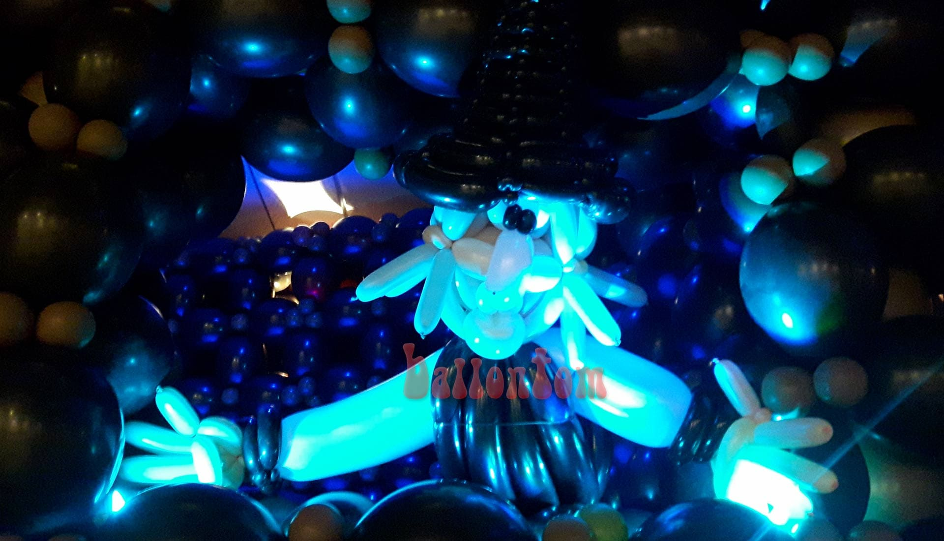 Ballonwelt zur Kinderoper Hensel und Gretel in Unterschleißheim Nähe München - Bild: Hexe beleuchtet