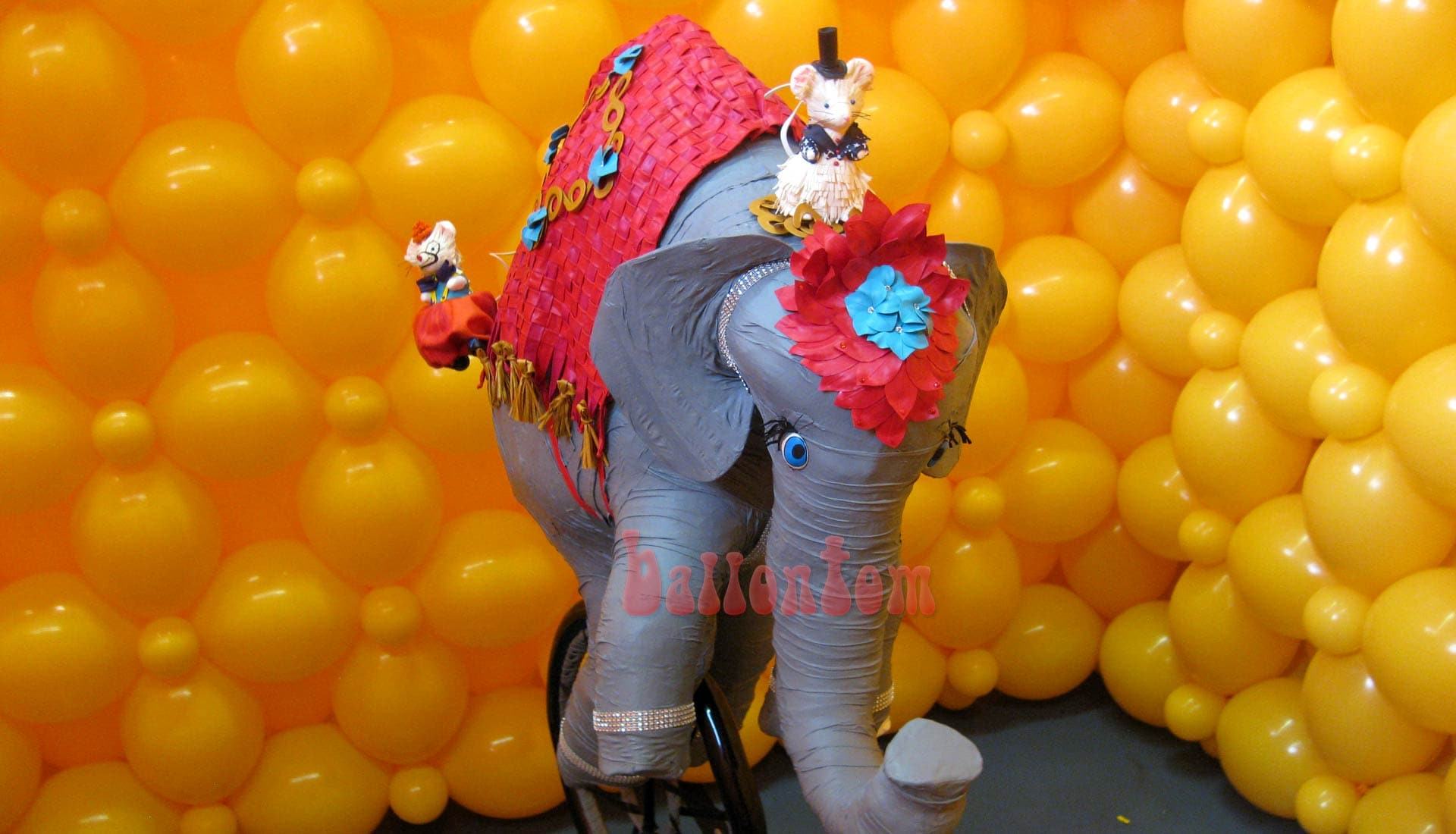 Weltrekord! Größtes Ballonlabyrinth mit über 100.000 Ballons mit ballontom - Elefant ist alles aus Ballons