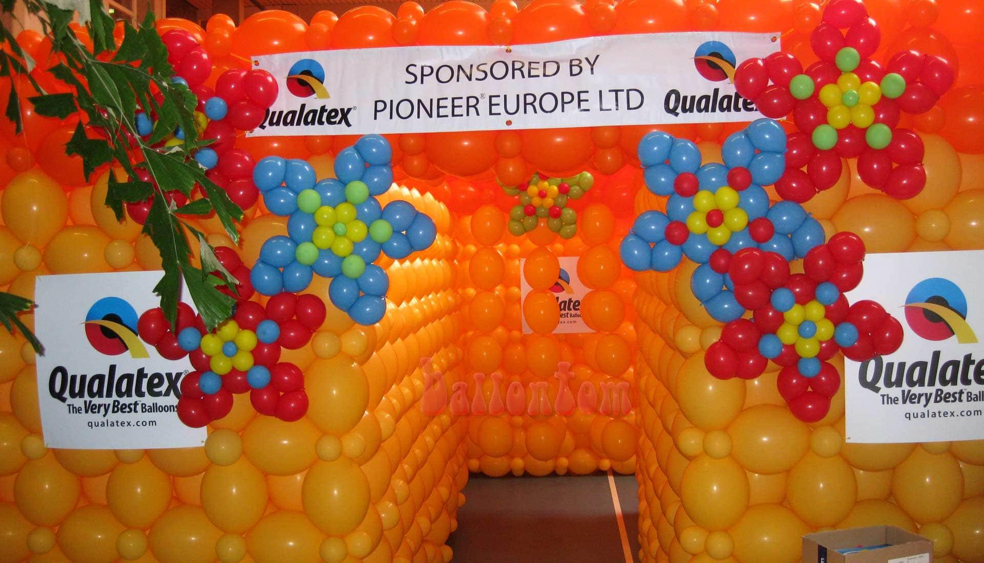 Weltrekord! Größtes Ballonlabyrinth mit über 100.000 Ballons mit ballontom - Eingang