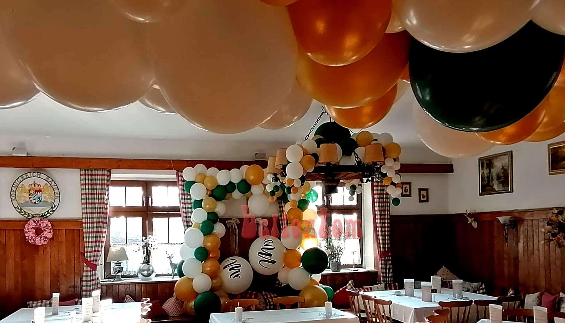 Hochzeitsdeko mit großen Luftballons Mr. und Mrs.