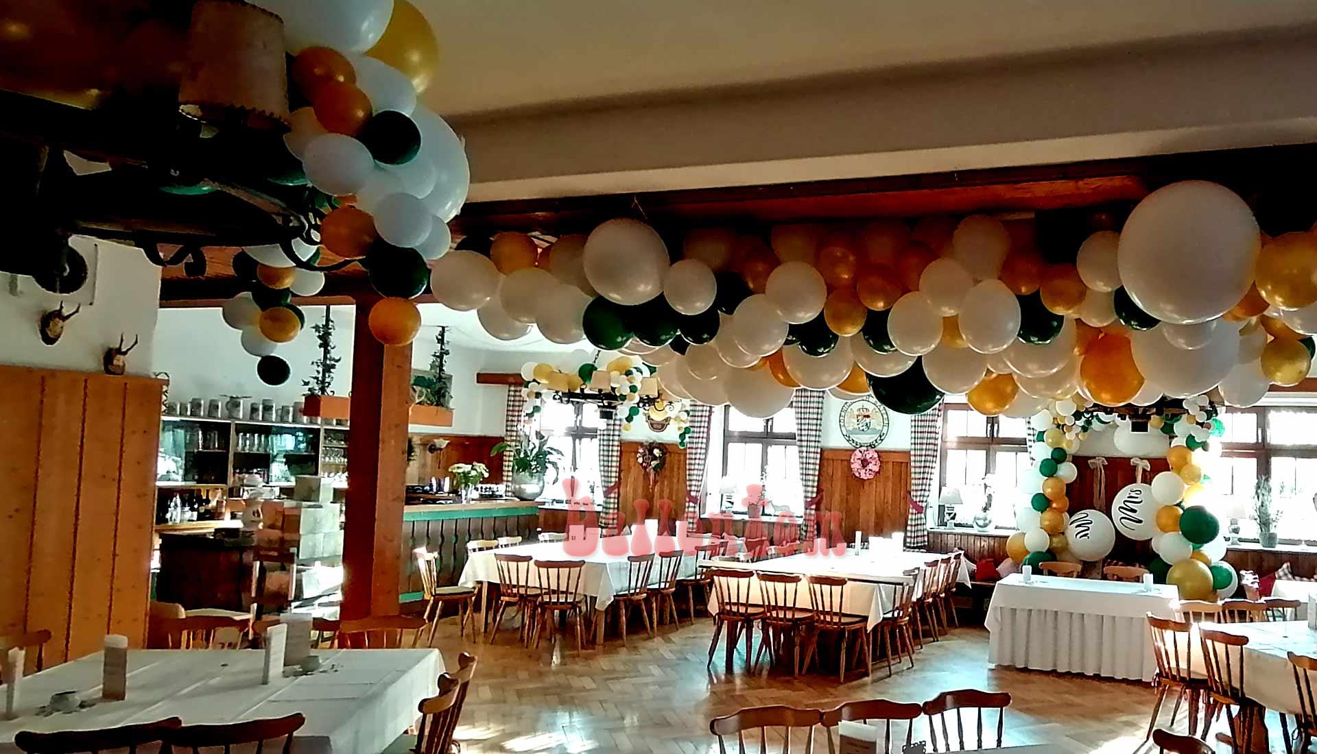 Hochzeitsdeko mit Ballons in einer bayrischen Wirtschaft