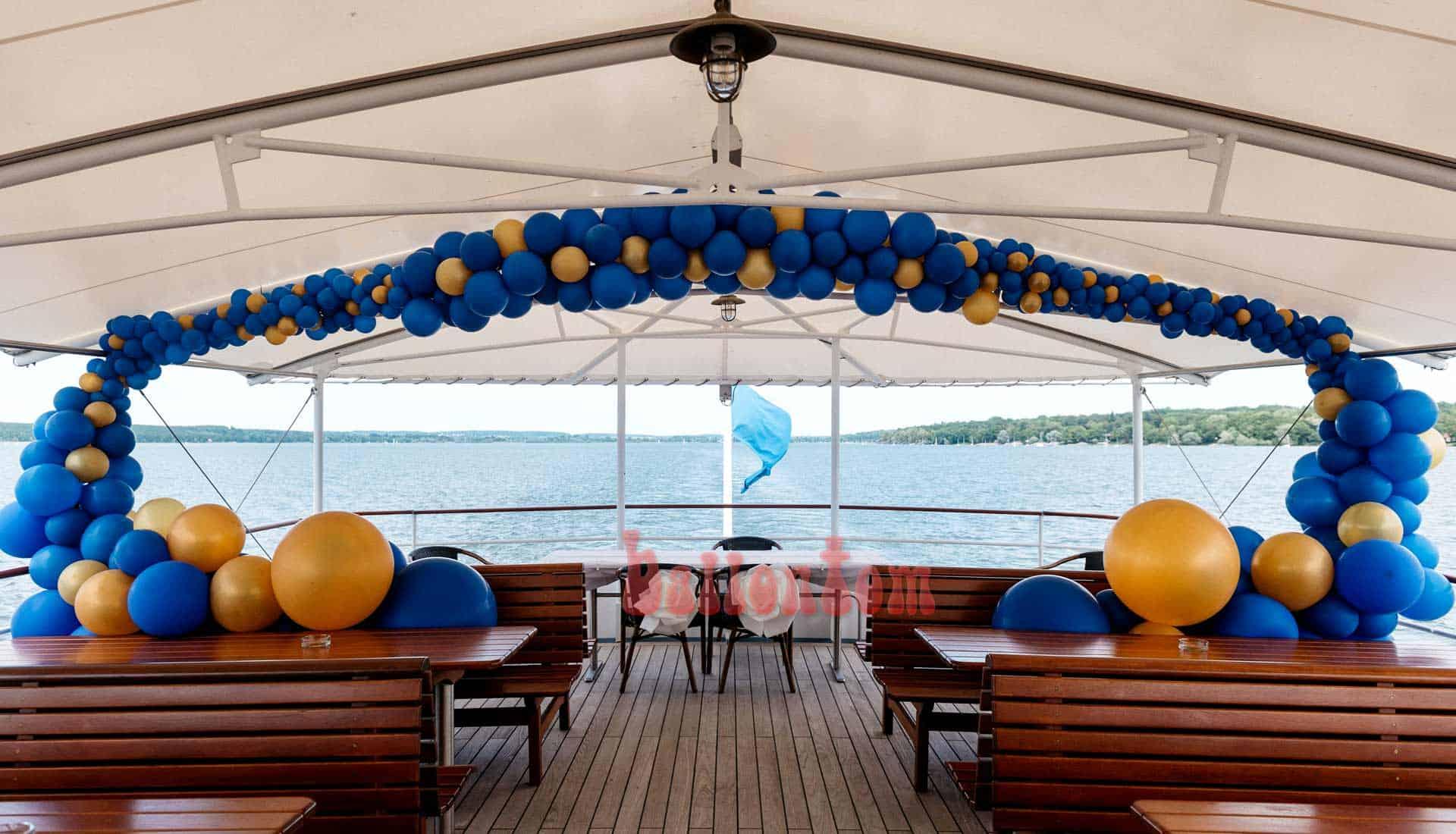 Hochzeitsdekoration mit Ballons auf dem Dampfer Dießen auf dem Ammersee