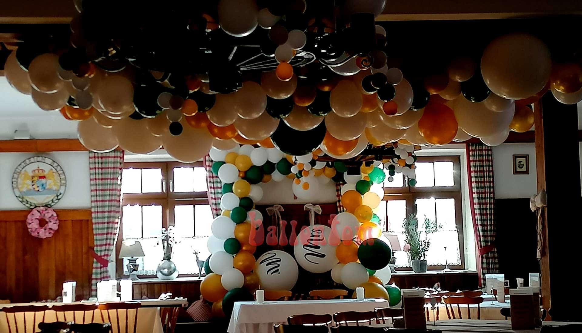 Hochzeitsdekoration mit Luftballons im organischen Stil